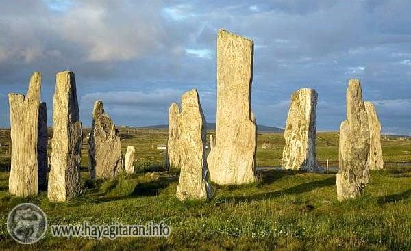 Callanish Stones, Scotland Շոտլանդիայի հյուսիսային կղզիներից մեկում, որ կոչվում է Լուիս (լույս), կա մեր Քարահունջի երեք անգամ փոքր տեսակը՝ Քալենիշ՝ 3800 տարեկան (այդտեղ հայկական տեղանուններ շատ կան):