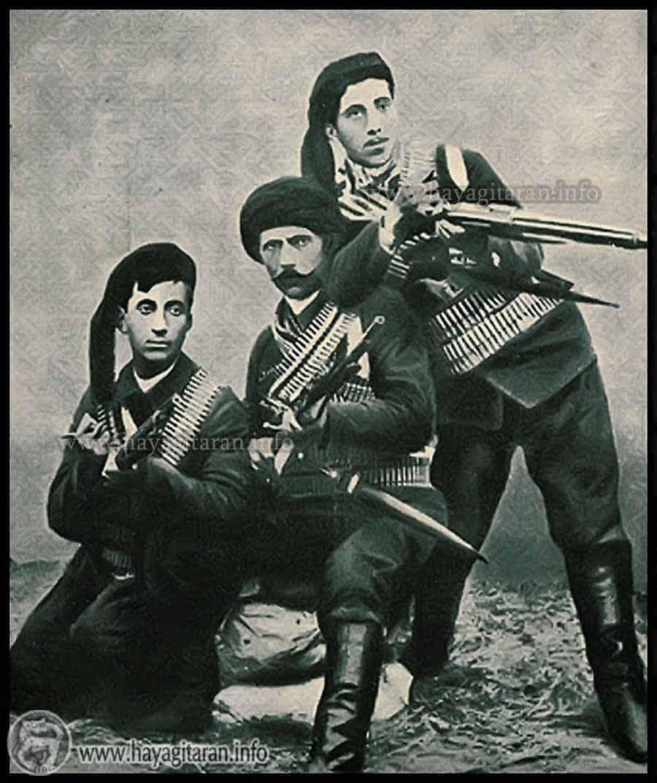 ՍՈՒԼՈՒԽՑԻ ՍԵՐՈԲ - 1850? - 1903 / Մշոյ դաշտի Սուլուխ գիւղէն, ֆետայի, Աղբիւր Սերոբի գործակից: 1901ին կը բարձրանայ Սասուն՝ կռուելու համար Անդրանիկի կողքին: Կ՚անցնի Ախլաթ, ապա՝ Կովկաս։ Կը զոհուի Բասենի կռիւներուն, իր որդիներուն հետ, երբ Կարսէն կը փորձէր վերադառնալ Երկիր: / Սուլուխցի Սերոբ իր կորիւններով՝ Յակոբ (աջին) եւ Աւետիս (ձախին)։