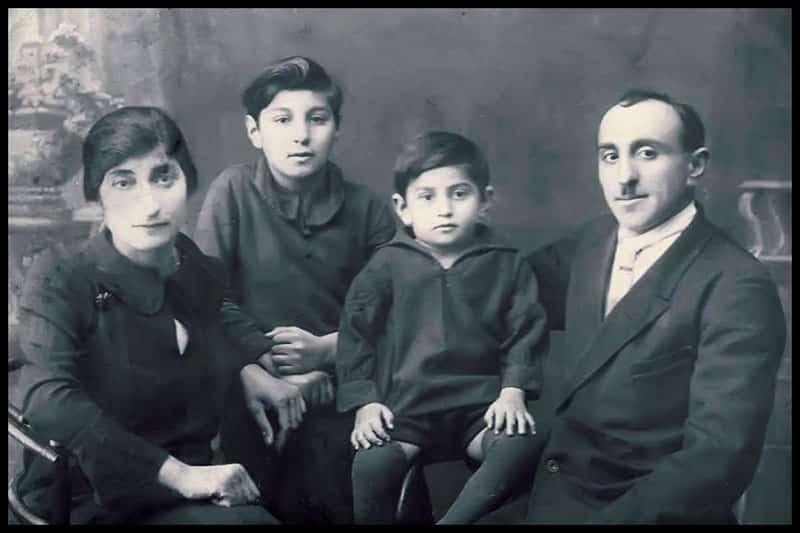 ԺԱՄԱՆԱԿՆԵՐ, ՈՐ ԵՐԲԵՎԷ ՉՊԵՏՔ Է ՎԵՐԱԴԱՌՆԱՆ Ներկայացվող հուշերի հեղինակ, հայ մտավորական, մանկավարժ Գեղամ Սարգսյանն՝ իր տիկնոջ՝ Սիրանուշի և որդիների հետ / Gegham Sargsyan with his wife Siranush and his sons