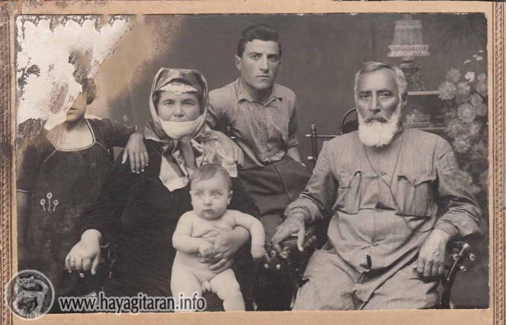 ԳՈՂԳՈԹԱՅԻ ՃԱՄՓԱՆԵՐՈՎ Հովհաննես Տեր-Հակոբյանը՝ հարազատներով և թոռներով շրջապատված. 1930 թ
