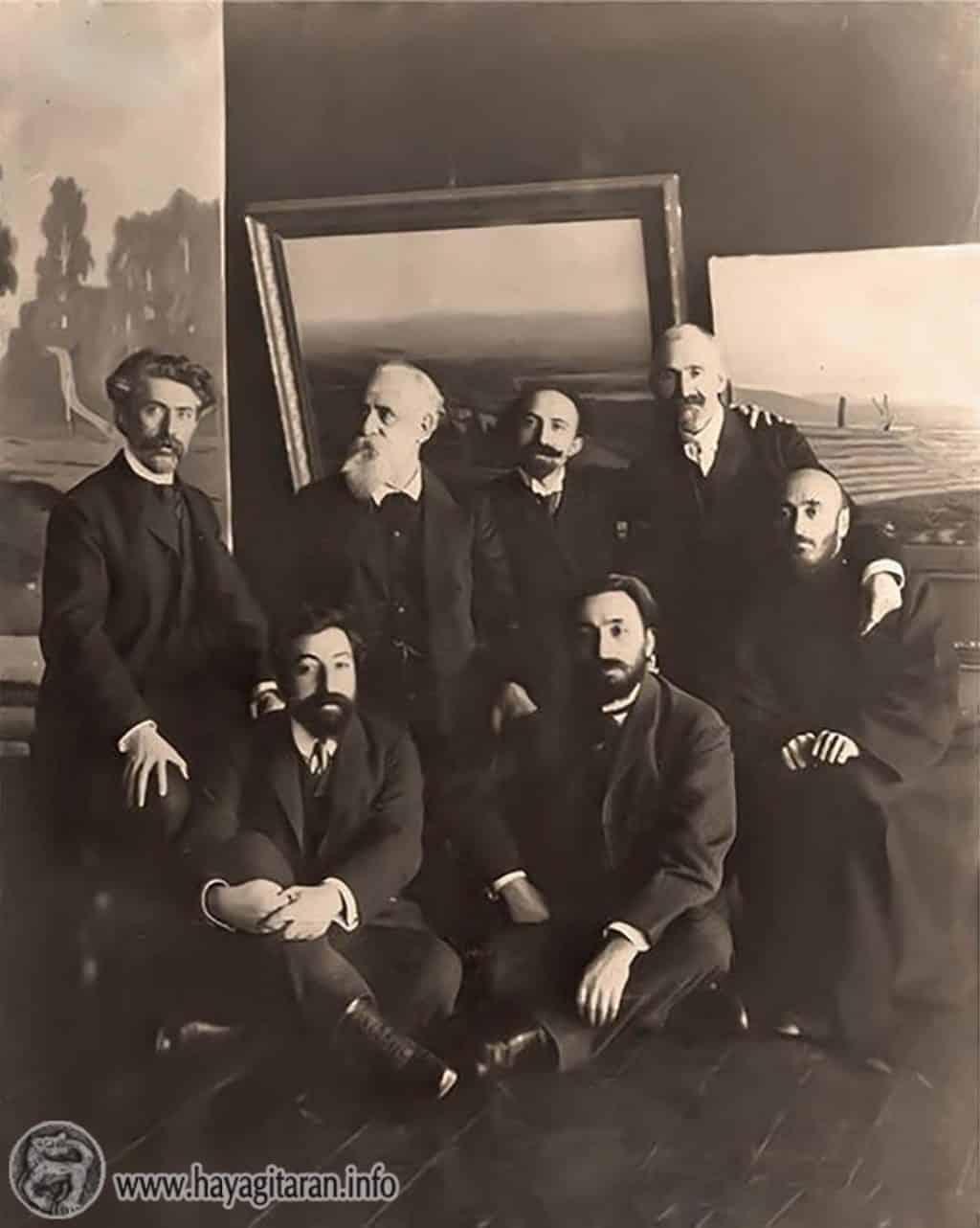 Գևորգ Բաշինջաղյան, Ղազարոս Աղայան, Արշակ Չոպանյան, Հովհաննես Թումանյան, Կոմիտաս, Ավետիք Իսահակյան, Վրթանես Փափազյան - 1908թ․։   Gevorg Bashinjaghian Ghazaros Aghayan Arshak Chopanian Hovhannes Tumanyan Komitas Vardapet Vrtanes Papazian Avedik Isahakyan